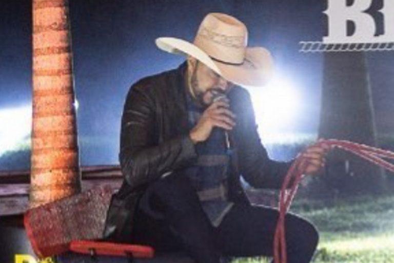 Cantor sertanejo vira alvo de piada após incidente com cavalo durante live