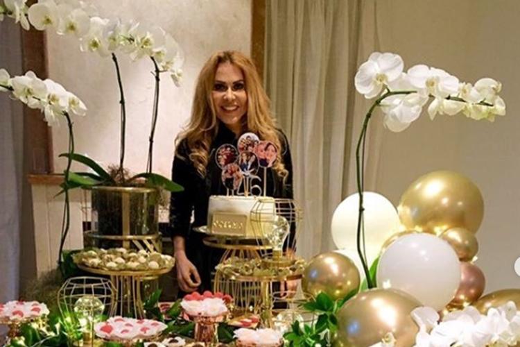 Joelma faz festa em casa para comemorar aniversário