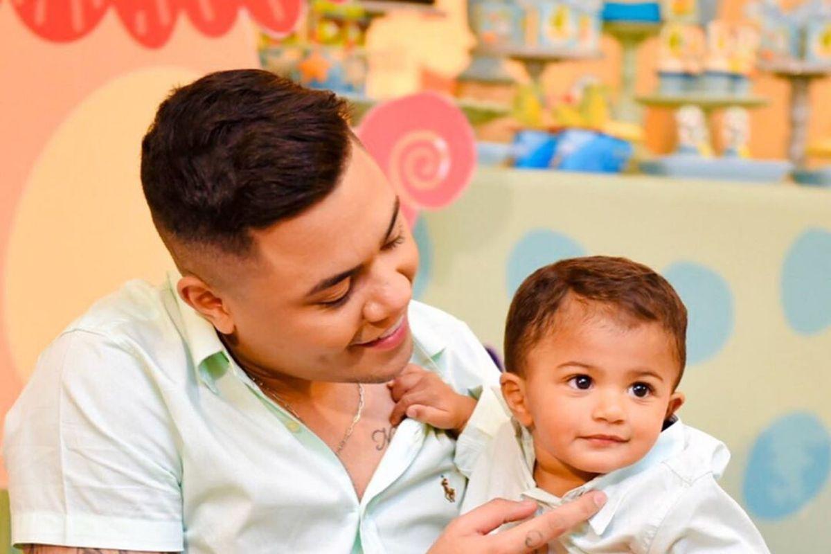 O cantor sertanejo Felipe Araújo e o filho - Reprodução: Instagram