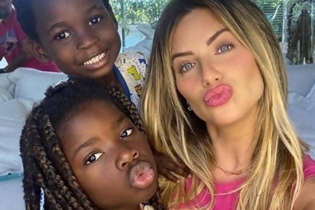Giovanna Ewbank publica foto de Titi e Bless fantasiados e internautas se derretemGiovanna Ewbank com os filhos Titi e Bless (Foto: Reprodução/ Instagram @gioewbank)