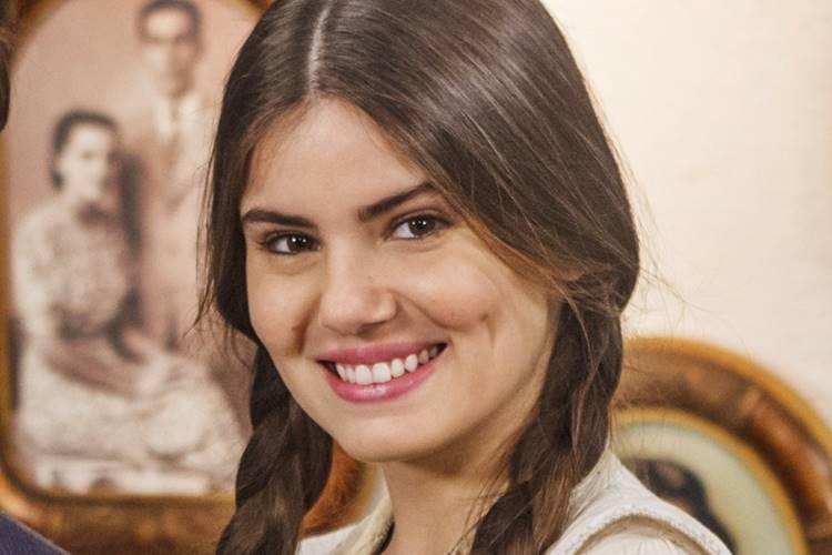 Camila Queiroz se diverte ao rever os momentos marcantes de seu núcleo em 'Êta Mundo Bom!'