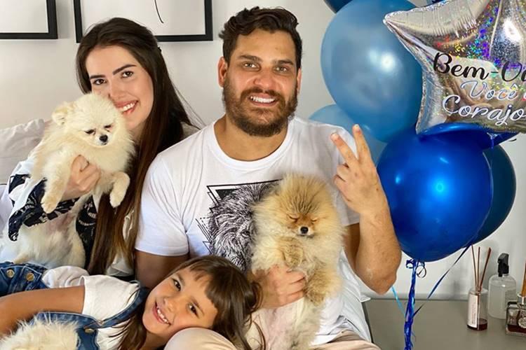 Após receber alta, sertanejo Cauan encontra a família, mas pede orações para os pais que estão com COVID