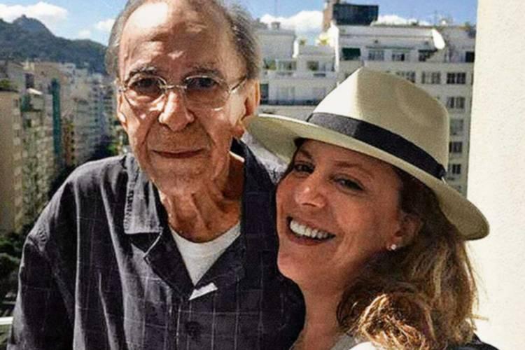 Bebel, filha do falecido cantor João Gilberto, é acusada de calote por aluguel atrasado
