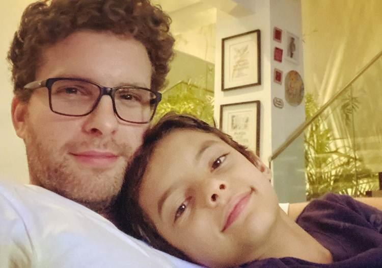 """Thiago Fragoso leva filho para isolamento em hotel: """"botei ele na mala pra ficar isolado comigo"""""""