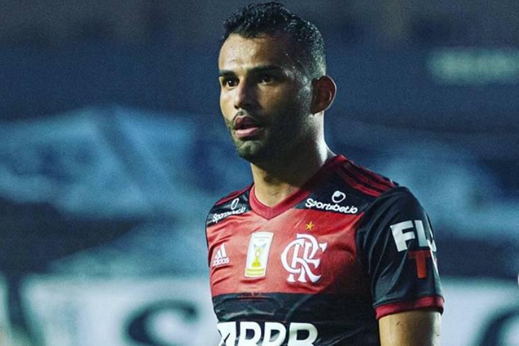 Jogador do Flamengo reata namoro com cantora gospel de 21 anos