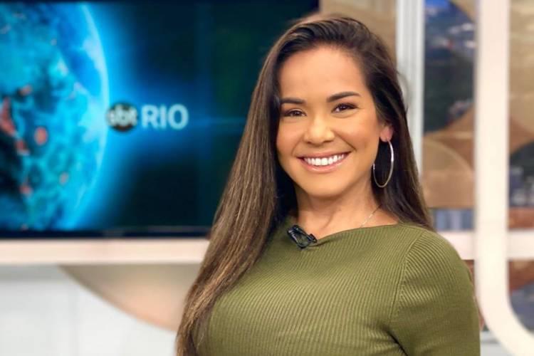 """Ao vivo no SBT, Isabele Benito se revolta e ameaça agredir homem racista: """"Quer porrada?"""""""