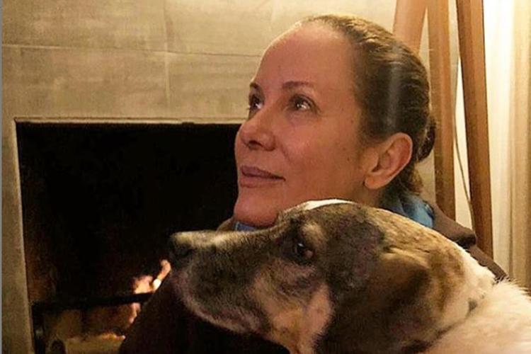 """Regina Volpato lamenta morte de sua companheira de 4 patas: """"Te amo para sempre"""""""