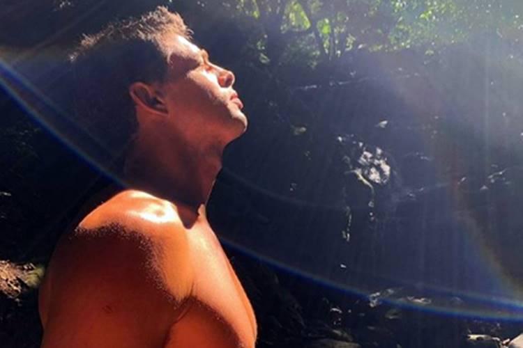 """Cauã Reymond posa só de sunga e leva fãs à loucura: """"Que homem"""""""