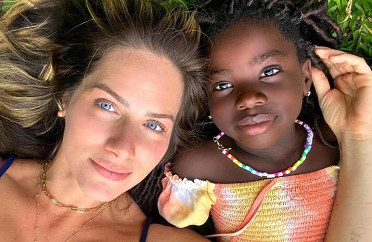 Giovanna Ewbank encanta seguidores com novo clique ao lado de Titi