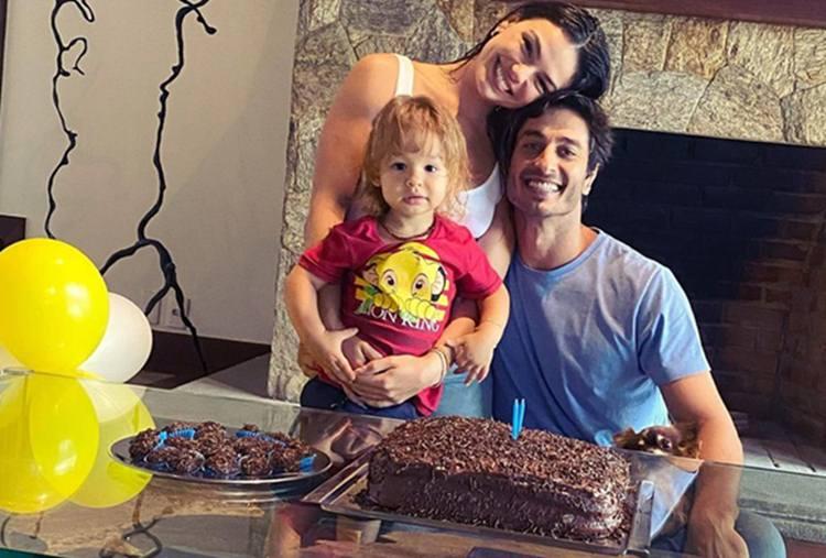 Isis Valverde comemora aniversário do filho com festinha em família