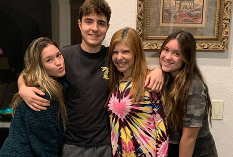 Filho de Gugu Liberato comemora aniversário ao lado da mãe e das irmãs