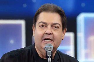 O apresentador Faustão, homenageando a mãe - Reprodução: TV Globo