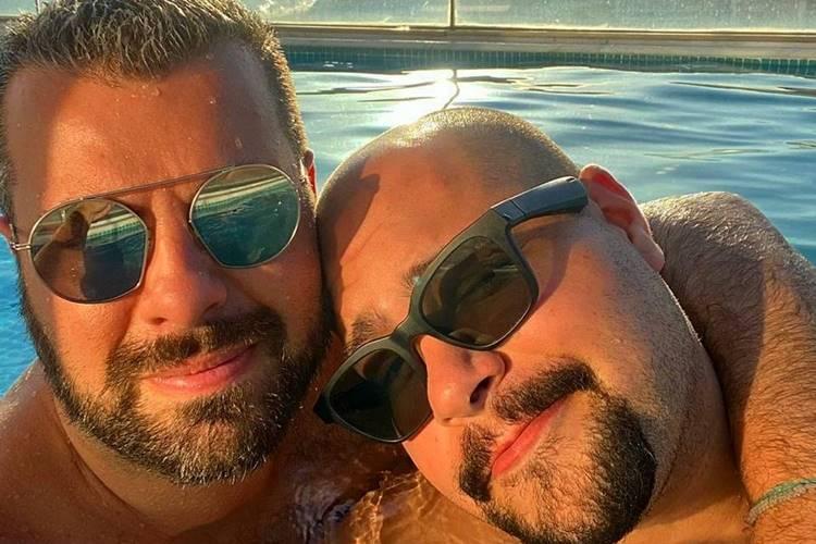 Tiago Abravanel posta foto curtindo o dia com o parceiro