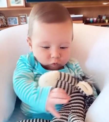 Giovanna Ewbank mostra Zyan com novo brinquedo que ganhou da irmã, Titi - Foto: Reprodução/Instagram@gioewbank