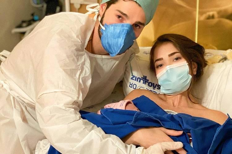 Alok e Romana Novais segurando sua filha Raika/ Instagram