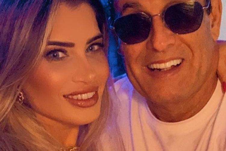 Sérgio Mallandro surpreende ao posar com nova namorada gata e seguidores não acreditam