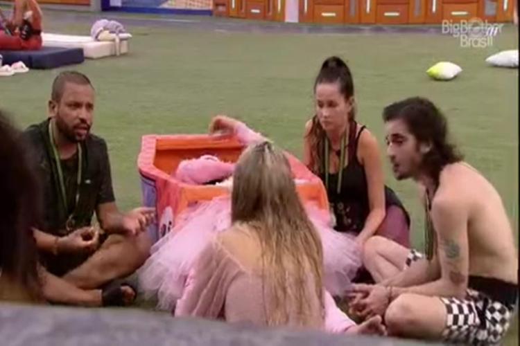 BBBs reunidos no gramado para falar de votação, foto reprodução Globo Play