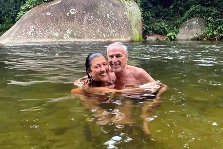 Após passar dez meses isolado, Caetano Veloso curte banho de rio com Regina Casé - Foto: Reprodução/Instagram