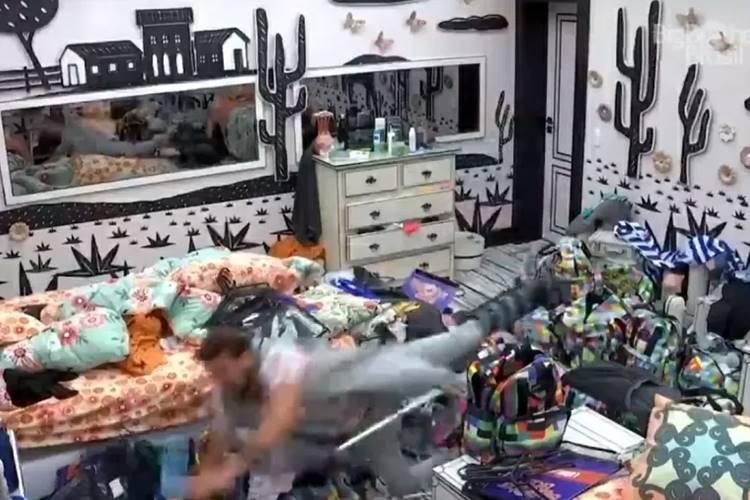 BBB 21: Mais uma vez, com pé machucado, Caio se desequilibra e cai - Foto: Reprodução/ Rede Globo