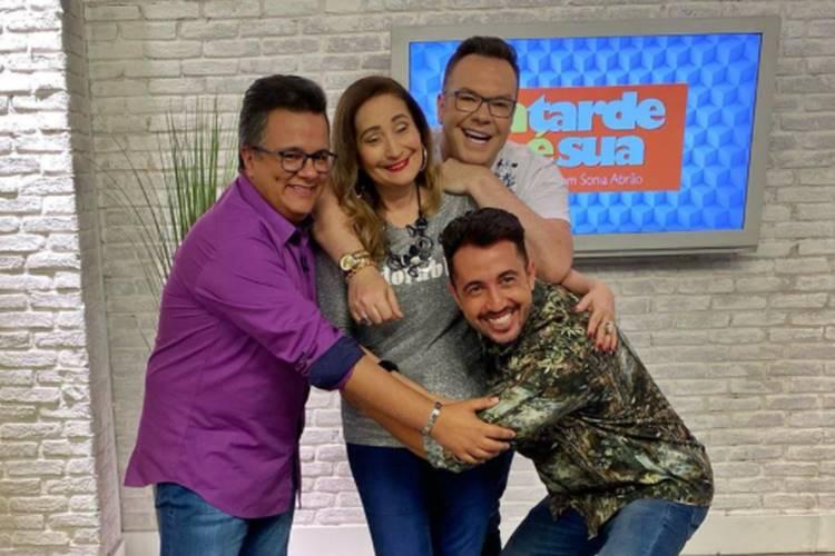 Sonia Abrão com Vladimir Alves, Felipeh Campos e Thiago Rocha no A Tarde é Sua (Reprodução/Instagram)