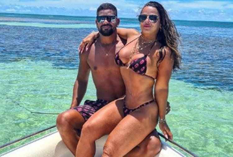 Na Bahia, Viviane Araújo combina look de praia com o noivo