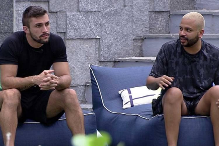 """BBB 21: Durante bate-papo com Arthur, Projota resolve mandar a real para brother - """"Você dá uma viajada"""" - Foto: Reprodução/ Rede Globo"""