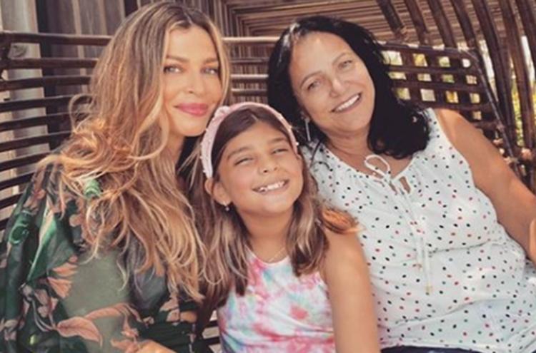 Grazi Massafera surge em clique raro ao lado da mãe e da filha