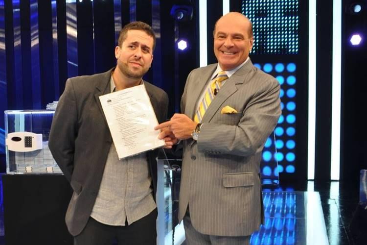 Após pedir emprego no ao vivo na Sônia Abrão, Maurício Meirelles é contratado pela RedeTV! - Foto: Reprodução/ RedeTV!