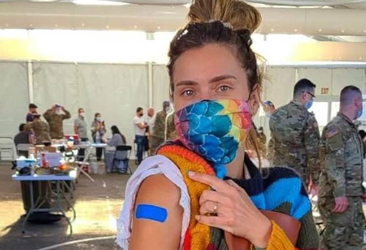 Carolina Dieckmann é vacinada contra a Covid-19 nos Estados Unidos