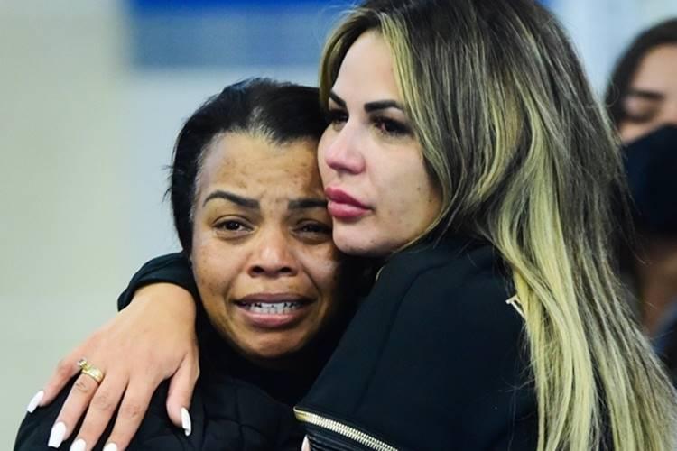 Mãe e mulher de MC Kevin (Leo Franco/AgNews)