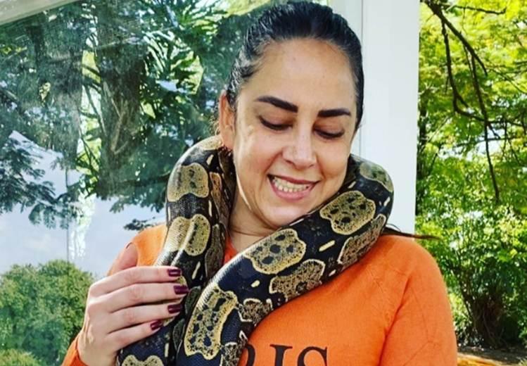 Silvia Abravanel choca fãs ao surgir enrolada em uma cobra