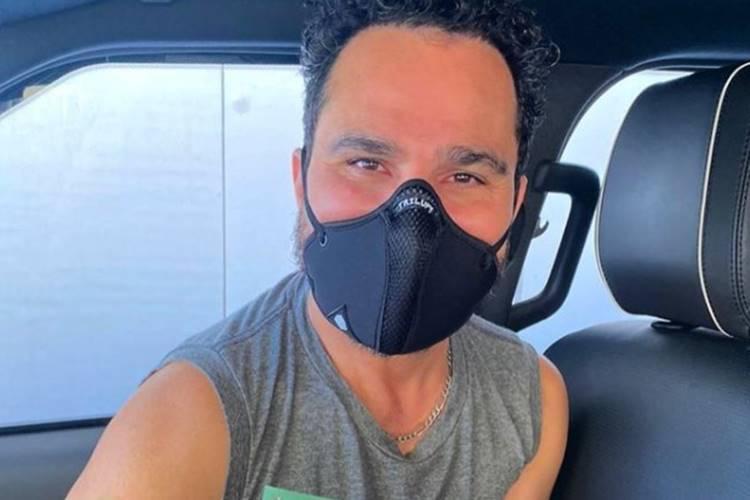 Luciano Camargo recebe vacina (Reprodução/Instagram)