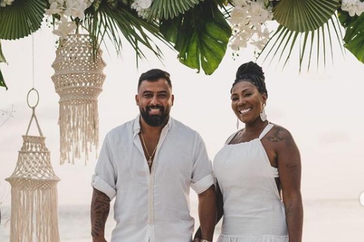 Mãe de Ludmilla se casa com ex- segurança da cantora no Caribe