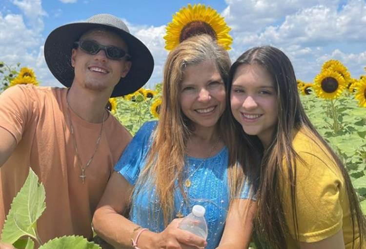 Viúva de Gugu Liberato surge em passeio com a filha e o genro