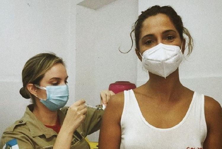 Camila Pitanga se vacina contra a Covid-19 e faz registro do momento