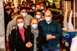 Esposa de Orlando Drummond sendo amparada pelos filhos (Francisco Silva/AgNews)