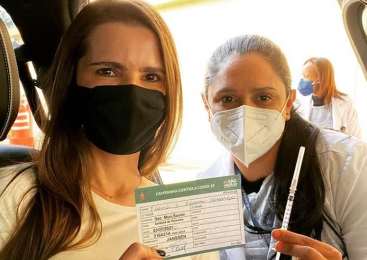 """Flávia Camargo, mulher do sertanejo Luciano, celebra 1ª dose da vacina contra a Covid-19: """"E chegou a minha vez"""""""