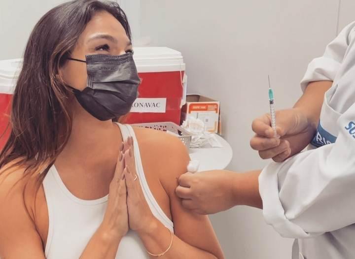 """Isis Valverde diverte fãs ao mostrar nervosismo para tomar a vacina contra Covid-19: """"Não doeu"""""""