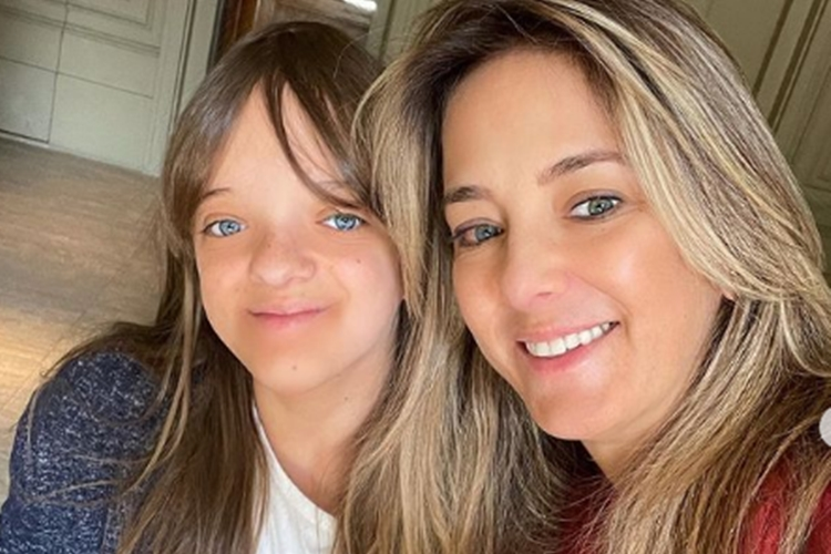"""Ticiane Pinheiro surge coladinha com a filha Rafa e deseja boa viagem: """" Aproveite suas férias com o papai"""""""