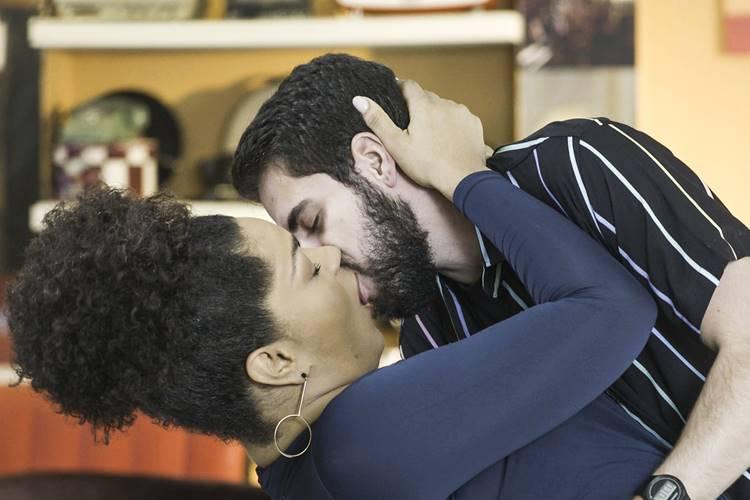 Salve se Quem Puder - Renatinha e Catatau se beijam (Globo/Divulgação)