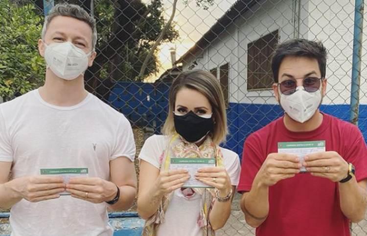 Sandy recebe vacina contra a Covid-19 ao lado do marido e do irmão
