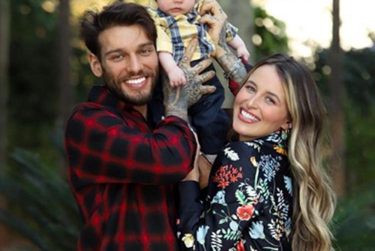 Sertanejo Lucas Lucco e Lorena Carvalho celebram 4 meses do herdeiro