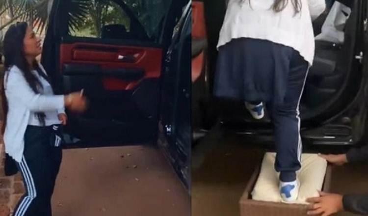 Simone Mendes diverte fãs ao ter dificuldade em subir em carrão
