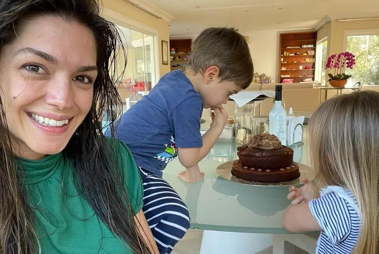 Thais Fersoza atende pedido do filho e faz bolo de três andares