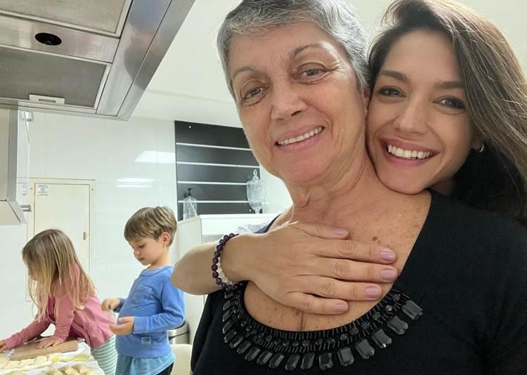Thais Fersoza encanta seguidores em momento com a mãe e os filhos