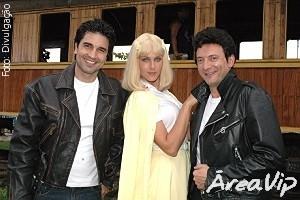 Edu Guedes, Ana Hickmann e Britto Jr. gravam clipe inspirado no filme Grease, no Hoje em Dia