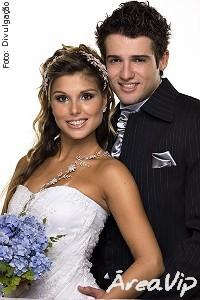 Flávia e Fernando do BBB7 posam vestidos de noivos e discordam sobre casamento