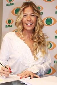 Adriane Galisteu estréia na Band cobrindo os bastidores do show de Claudia Leite durante o carnaval
