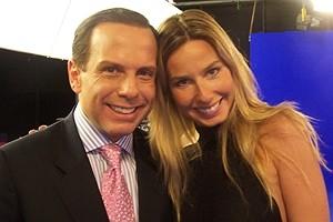 Mariana Weickert é recebida por João Doria Jr. no programa Show Business