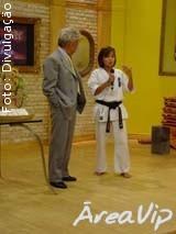 Joana Matushita dá show de Karatê na TV